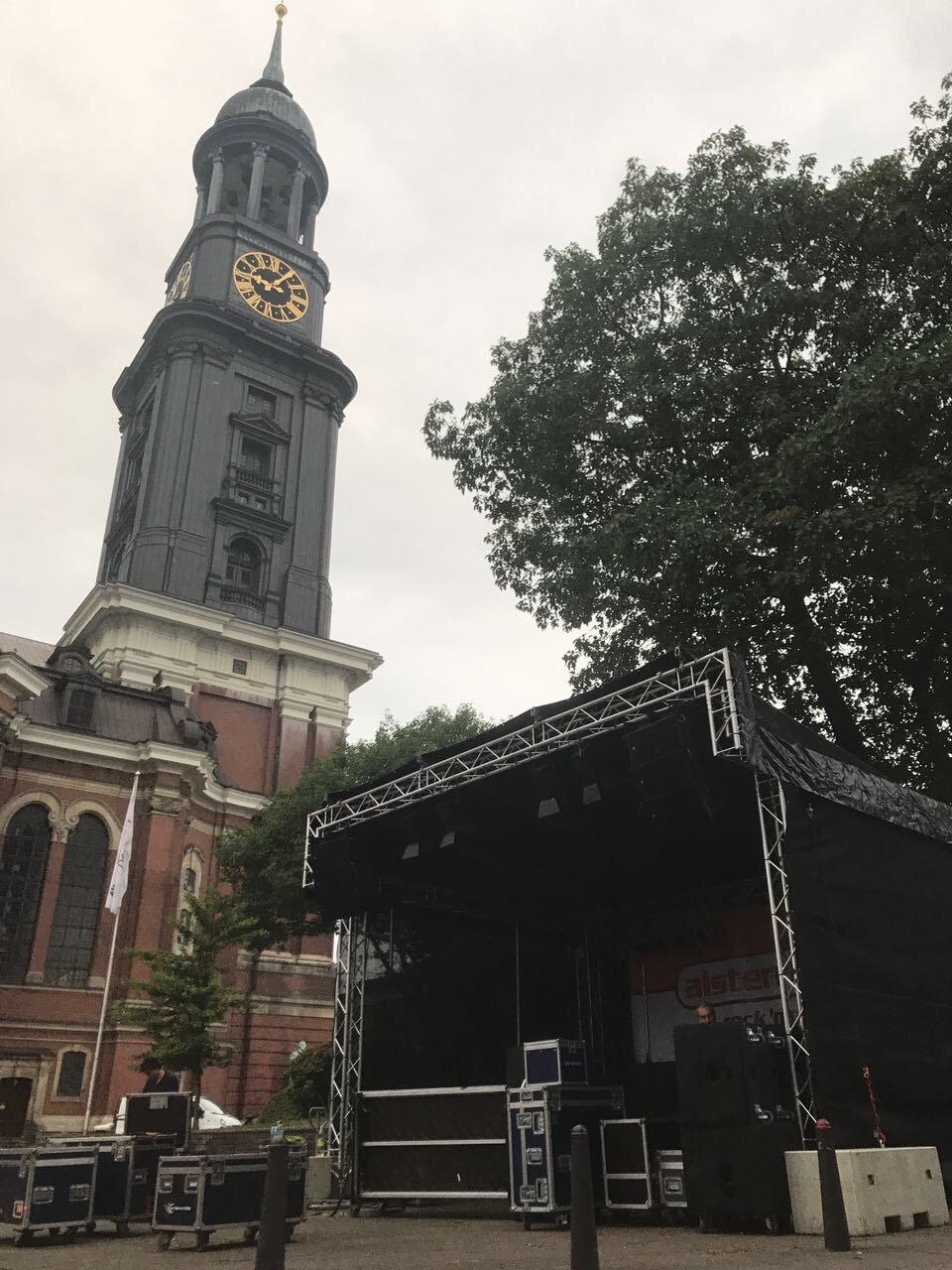 MoGo 2017 Kirchenvorplatz mit Turm und Bühne