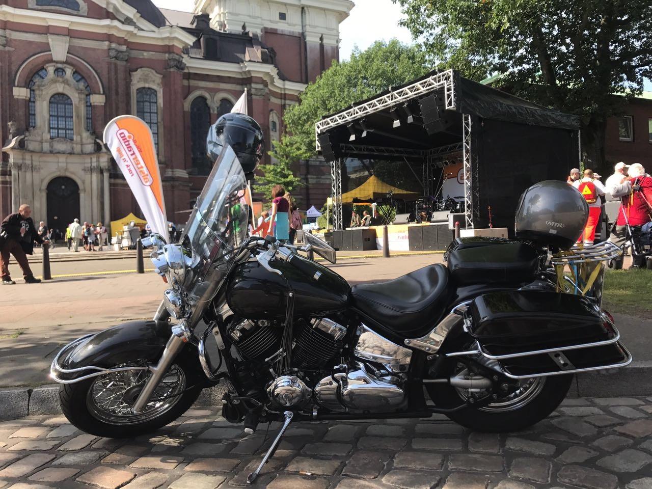 MoGo 2017 Vorplatz des Hamburger Michel mit Eventbühne und Harley