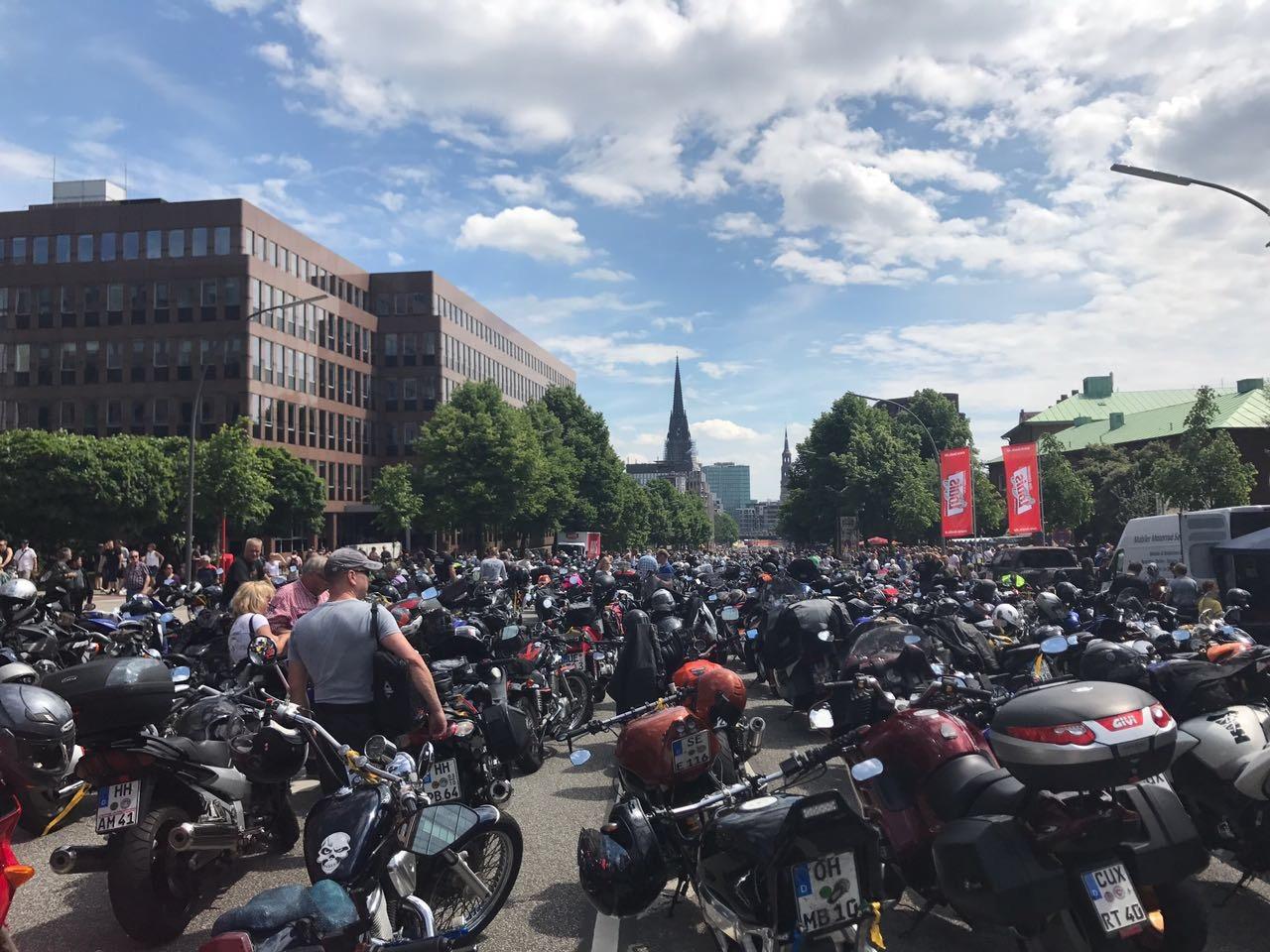 MoGo 2017 Motorradansammlung vor dem Gottesdienst