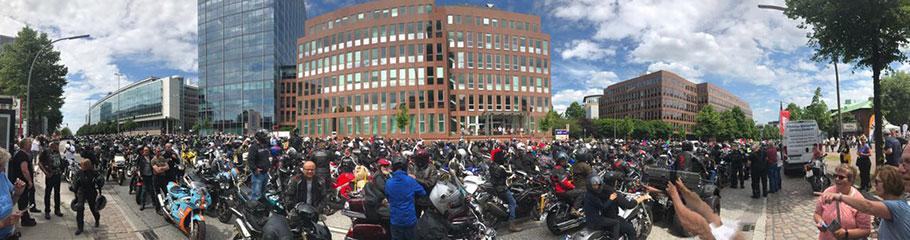 Panoramaansicht MoGo2017 Motorradfahrer vor dem Michel